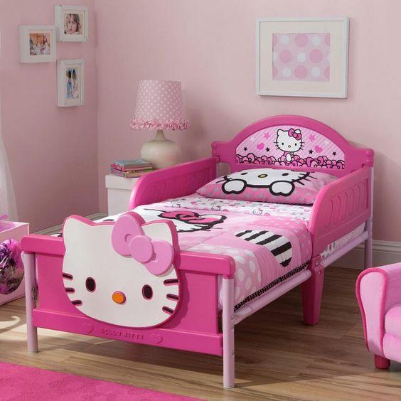 giường ngủ màu hồng hình hello kitty
