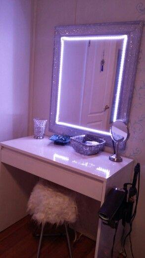 bàn trang điểm có gương và hệ thống đèn neon