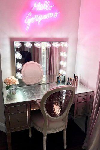 bàn trang điểm màu hồng kèm đèn led