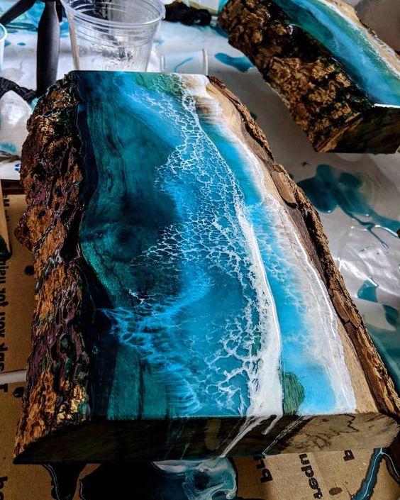 Bàn epoxy có giá khoảng 12-15 triệu VNĐ. Kỹ thuật chế tác và chất gỗ cực dày tinh tế.