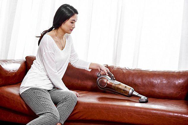 Làm sạch sofa da bằng máy hút bụi chuyên dụng. Giúp loại bỏ các vết bẩn trên sofa da.