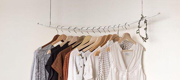 Cách sắp xếp tủ quần áo trong phòng ngủ bằng cách treo lên như hình.