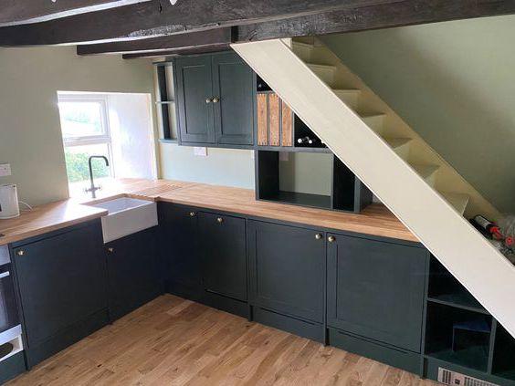 bếp dưới chân cầu thang
