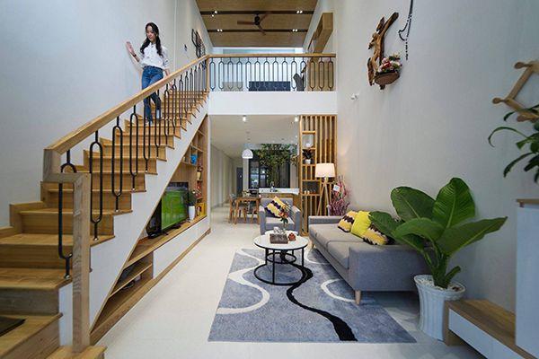 phòng khách nhà ống 5m có cầu thang