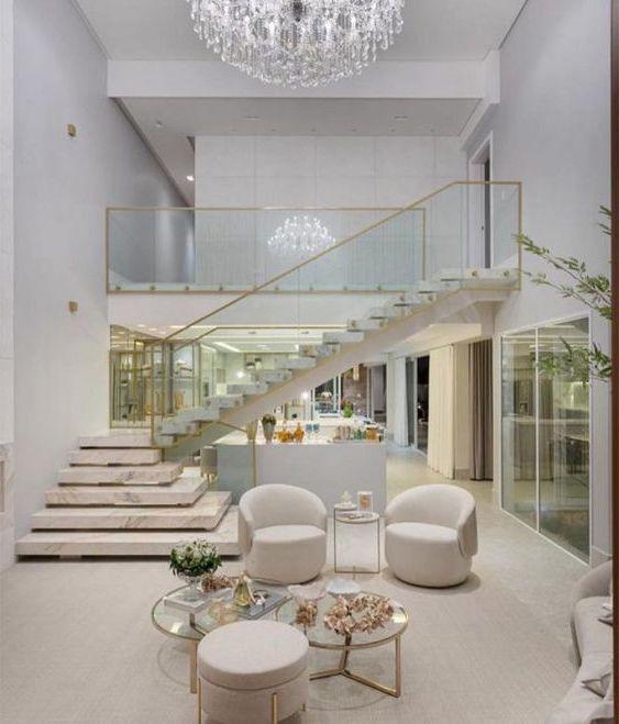 Phòng khách nhà cống 5m có cầu thang kính