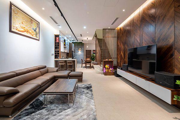phòng khách nhà ống 5m có cầu thang gỗ