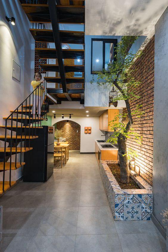 phòng khách nhà ống 5m có cầu thang nhỏ