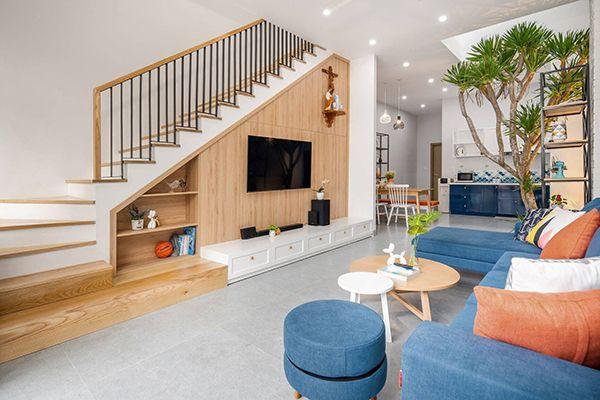 Phòng khách nhà cống 5m có cầu thang kết hợp